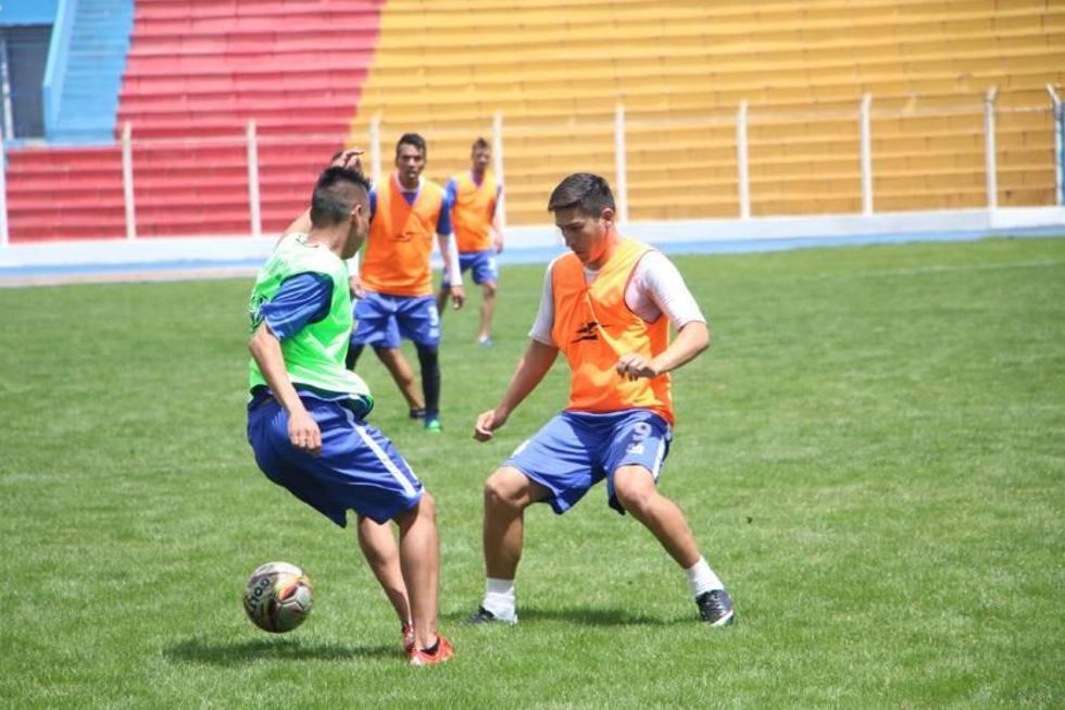 Vladimir  Castellón (d) trata de pasar la marca de uno de sus compañeros.