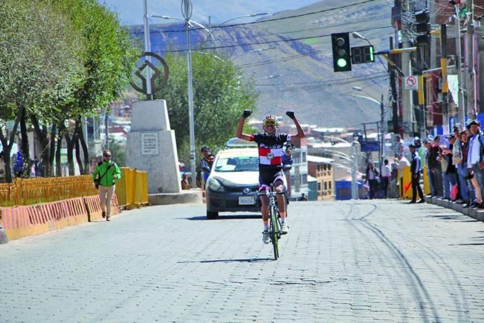 El ciclista Edwin Moyata celebra su triunfo.