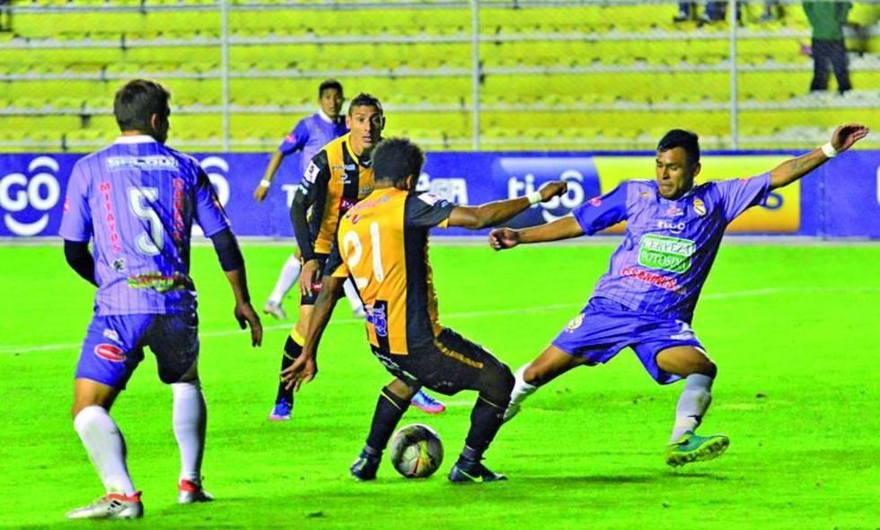 Ramiro Ballivián remata el balón ante la presión de Saúl Torres.