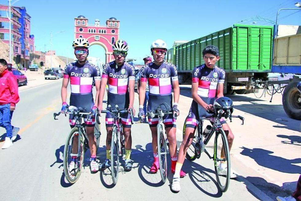 Los ciclistas  potosinos despues de ganar la competencia.