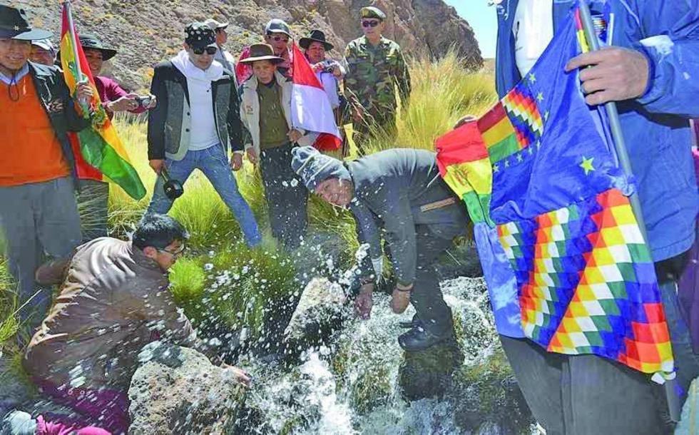 El presidente Evo Morales en una visita al manatial que se encuentra ubicado en el Departamentio de Potosí.