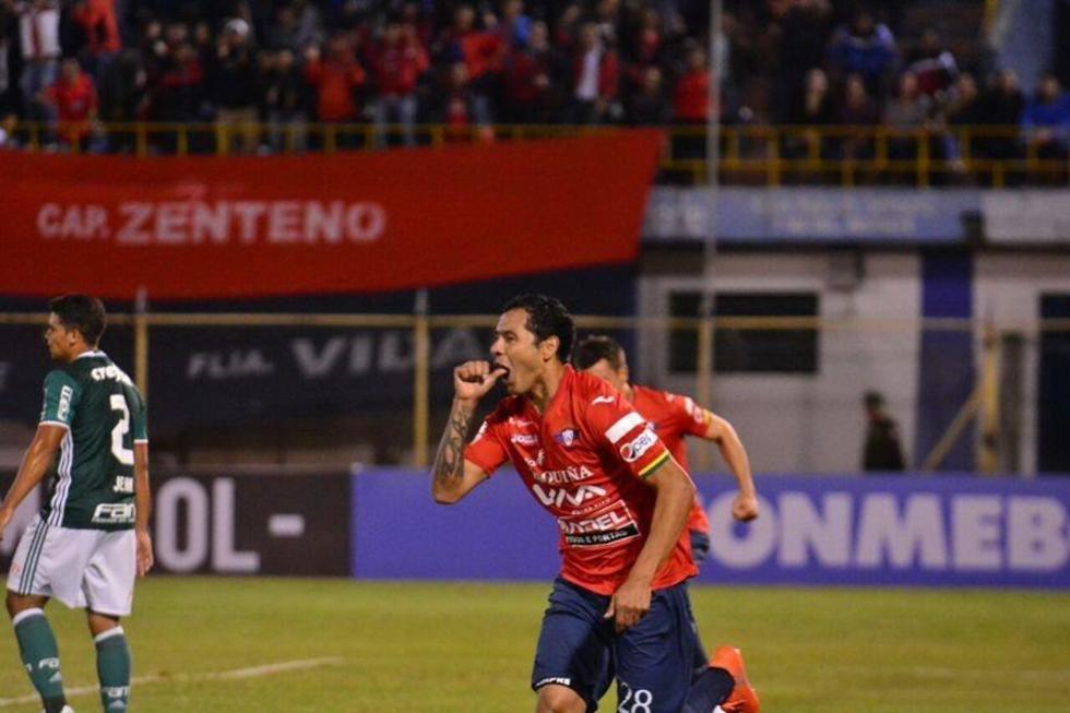 Omar Morales festeja el primer gol de los locales.