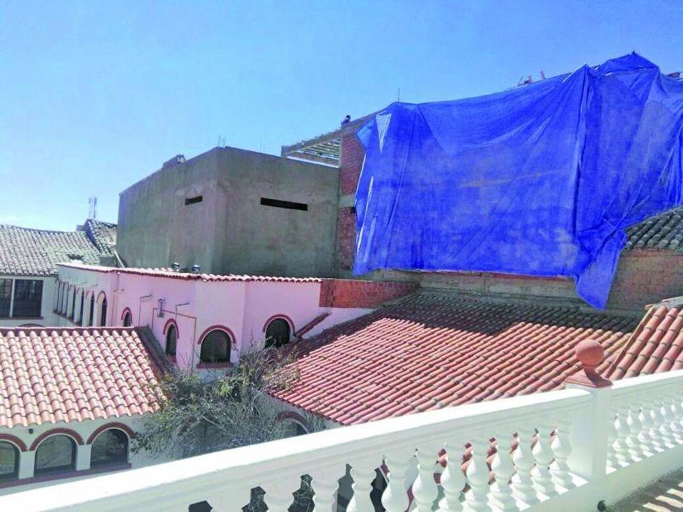 Los obreros encaran la demolición del piso superior del edificio que fue calificado como ilegal.