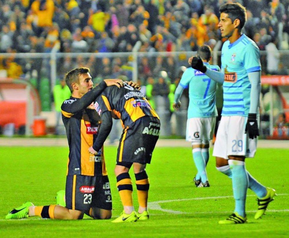 Matias Alonso y Alejandro Chumacero festejan uno de los goles.