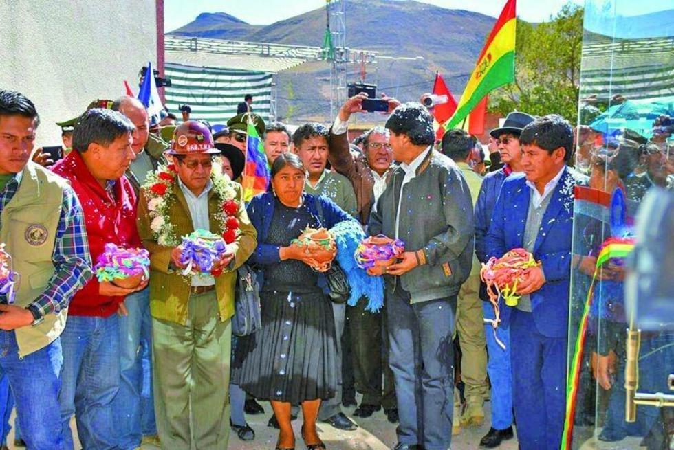 El primer mandatario junto a las autoridades en la entrega del complejo.