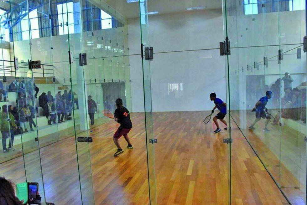 Los deportistas hacen una demostración en las canchas de raquetbol.