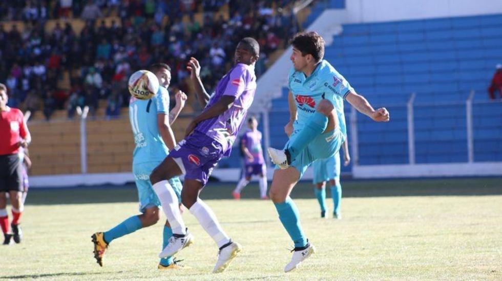 Augusto Andaveris  pelea por el balón con Enrique Flores y Ronald Raldes.
