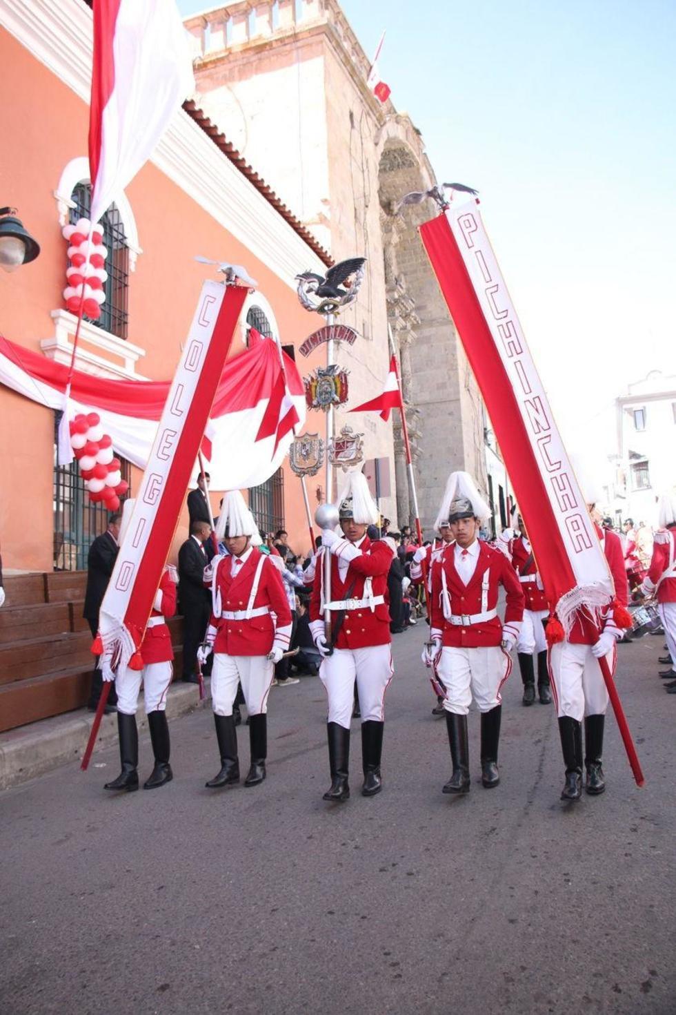 El desfile en el frontis del establecimiento.