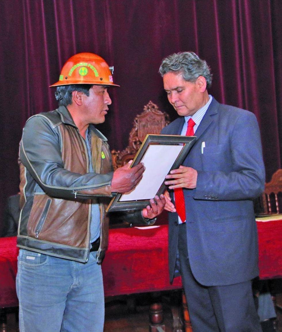La Fedecomin entrega un presente al ejecutivo Gastón Noya.