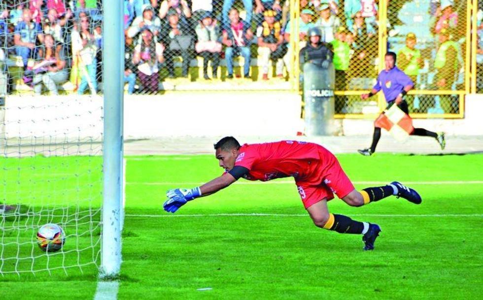 Daniel Vaca trata de reponerse tras soltar el balón.