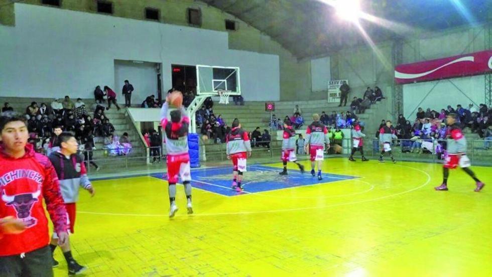 Los basquetbolistas potosinos antes de empezar el partido.