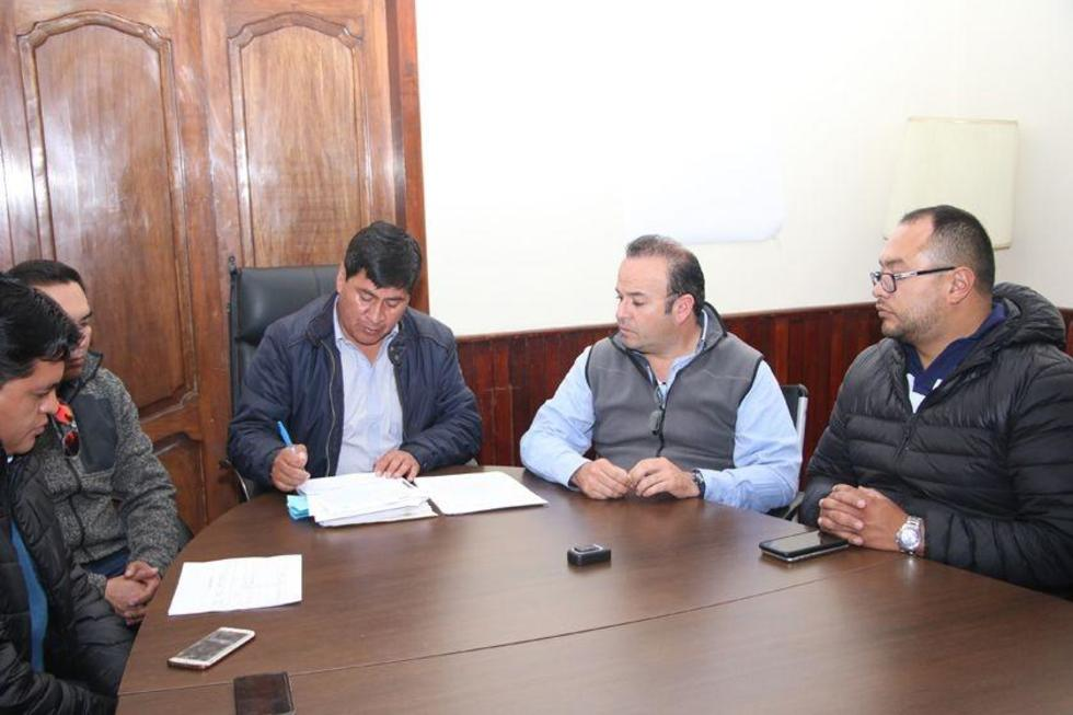 La firma del convenio de compra de equipos entre la gobernación y la empresa Indumotora.
