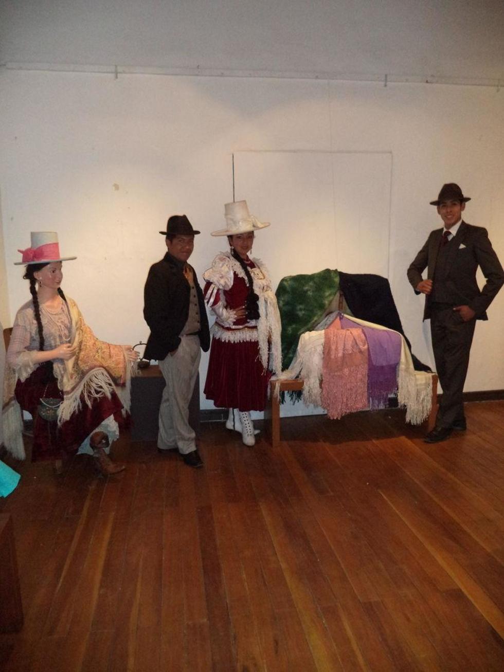 Los miembros del ballet muestran la tradicional ropa.