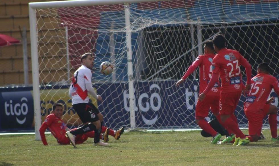 Cristian Alessandrini se pierde una opción clara de gol.