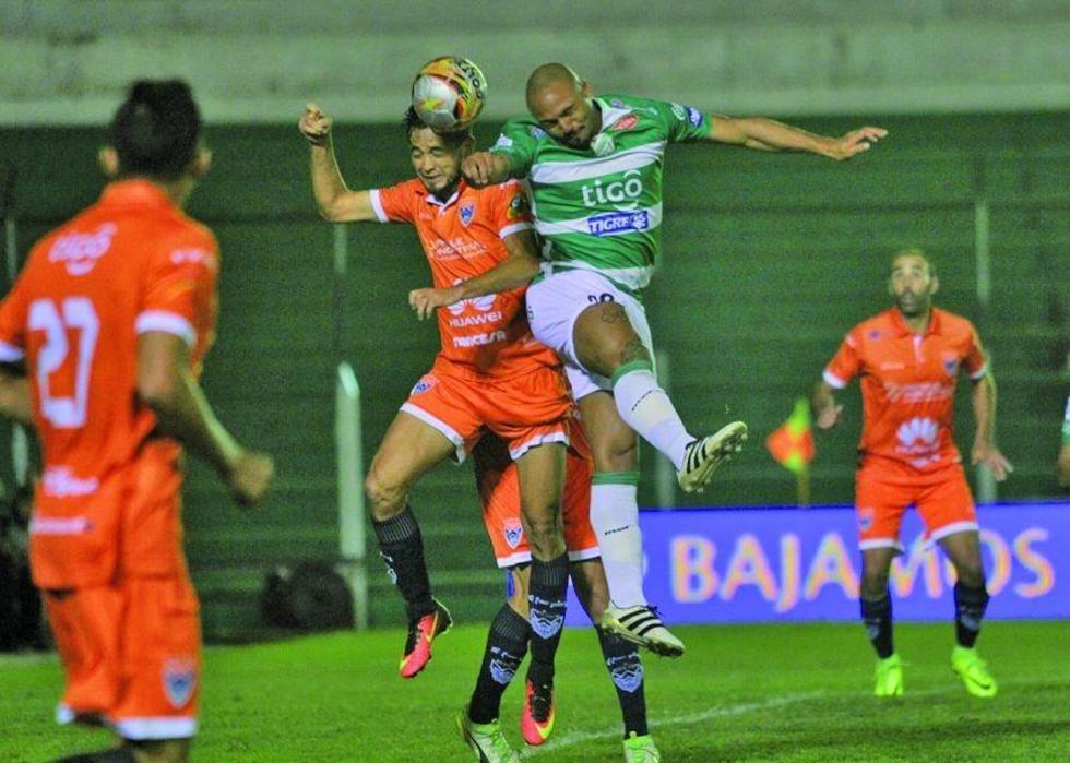 Edivaldo Rojas disputa el balón con su rival.