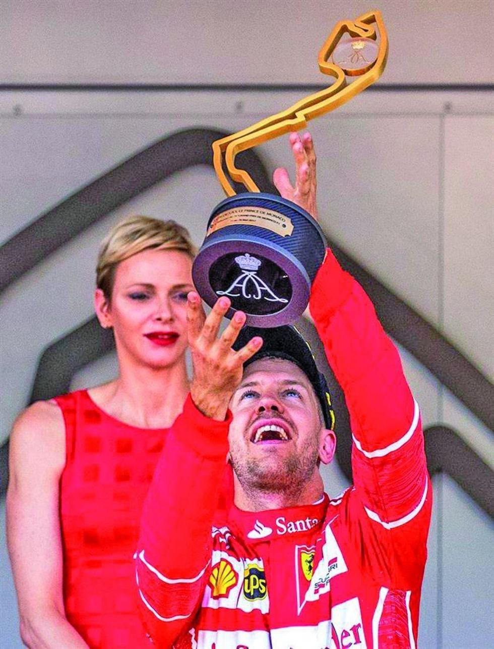 Sebastian Vettel levanta el trofeo de campeón.