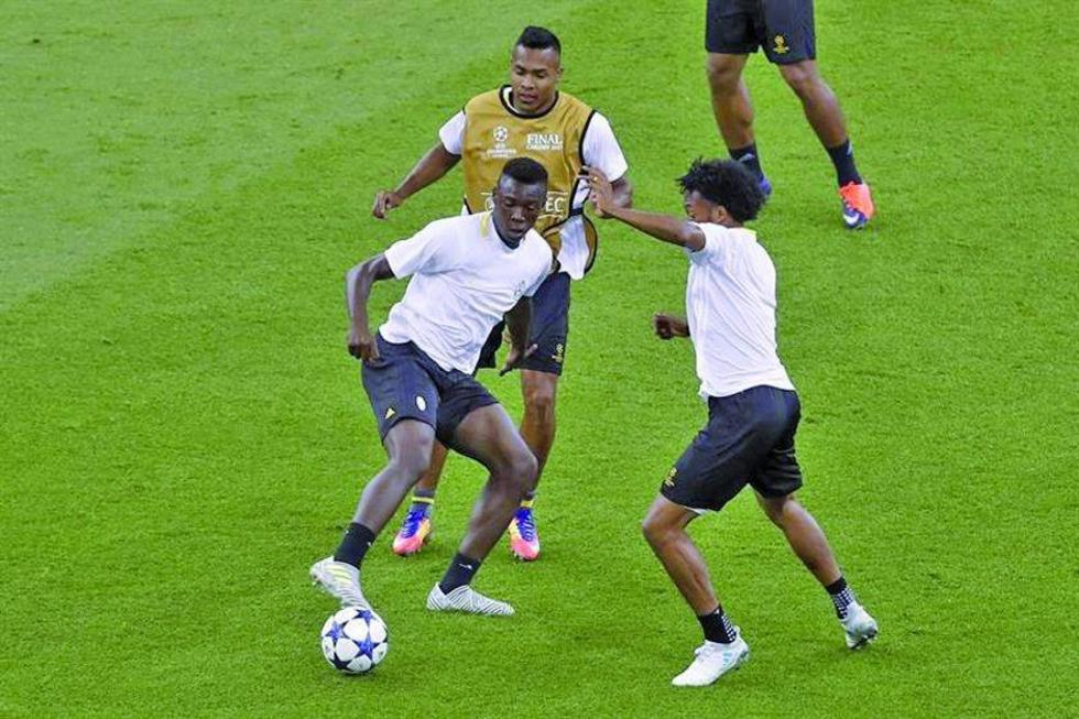 Los futbolistas italianos en plena práctica.