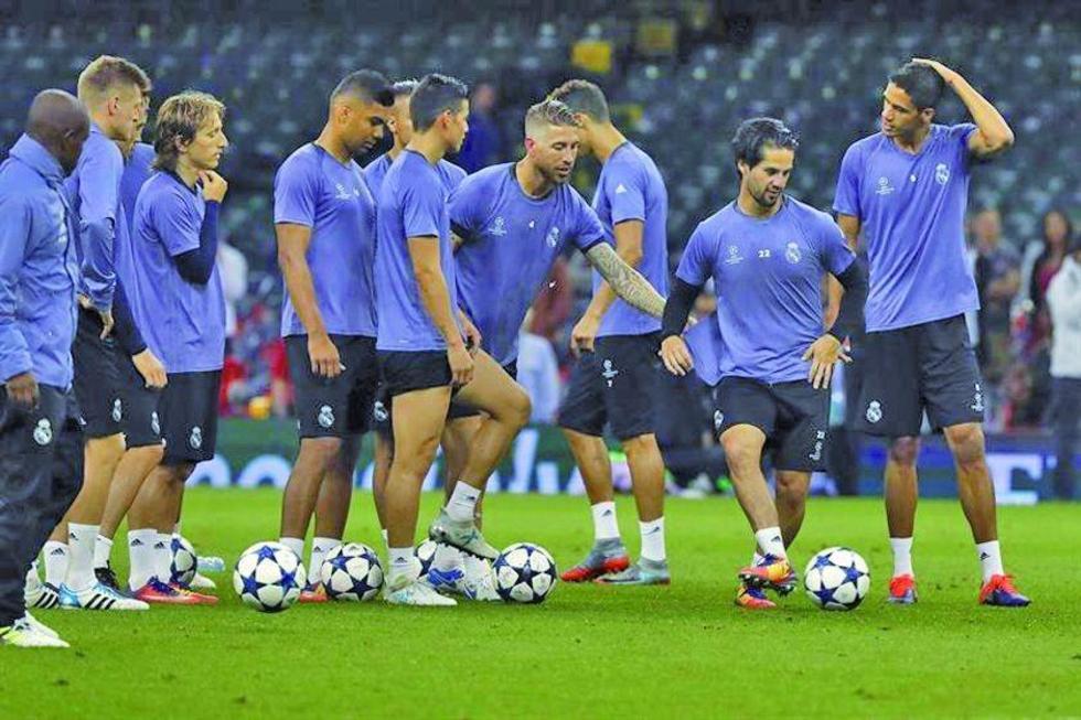 Los jugadores merengues durante su entrenamiento.