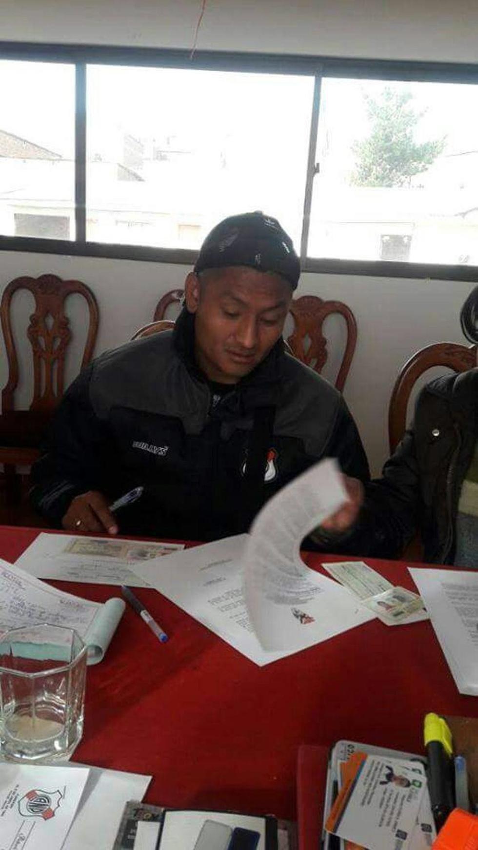 El centrocampista Ronald Gallegos durante la firma de su contrato.