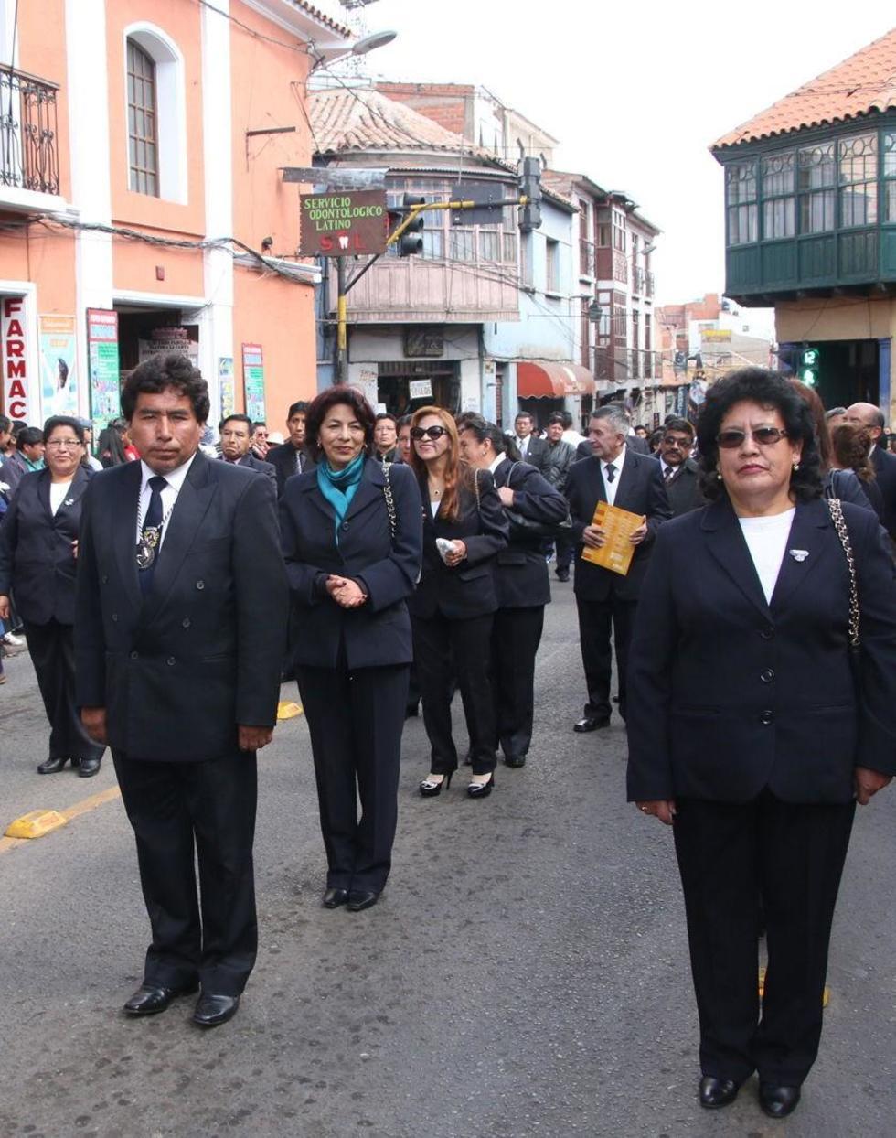 Los maestros del establecimiento en el desfile.