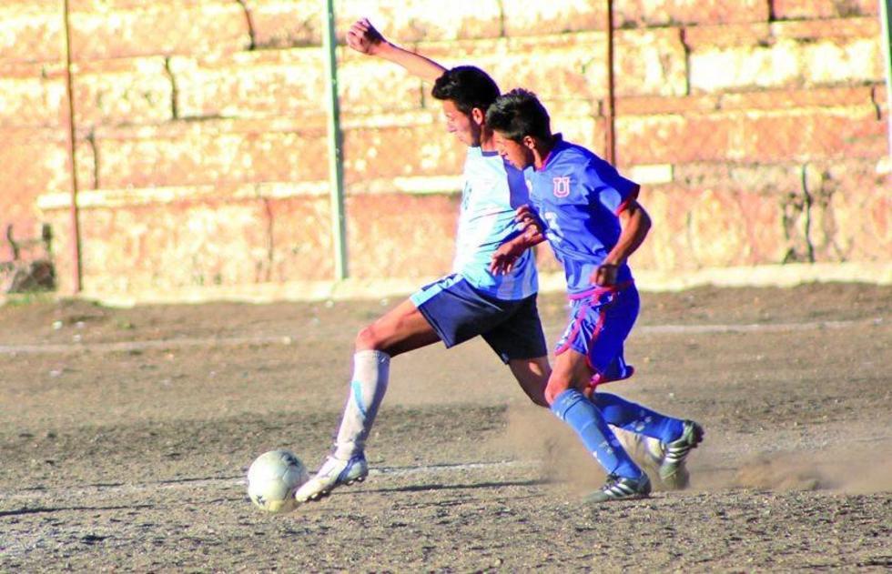El jugador de Interfi y de Universitario se disputan el balón.
