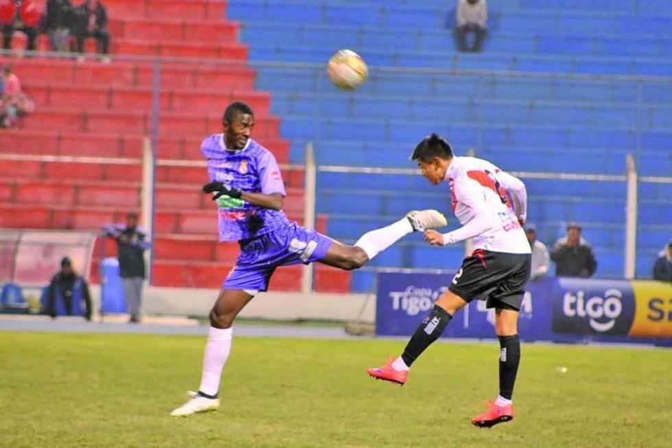 Augusto Andaveris y Luis Torrico chocan en busca del balón.