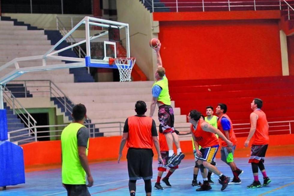 Los basquetbolistas de la Vieja Casona, en plena práctica.