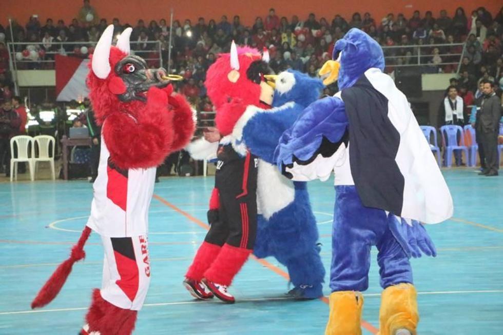 Las mascotas de ambos colegios protagonizaron un show aparte.