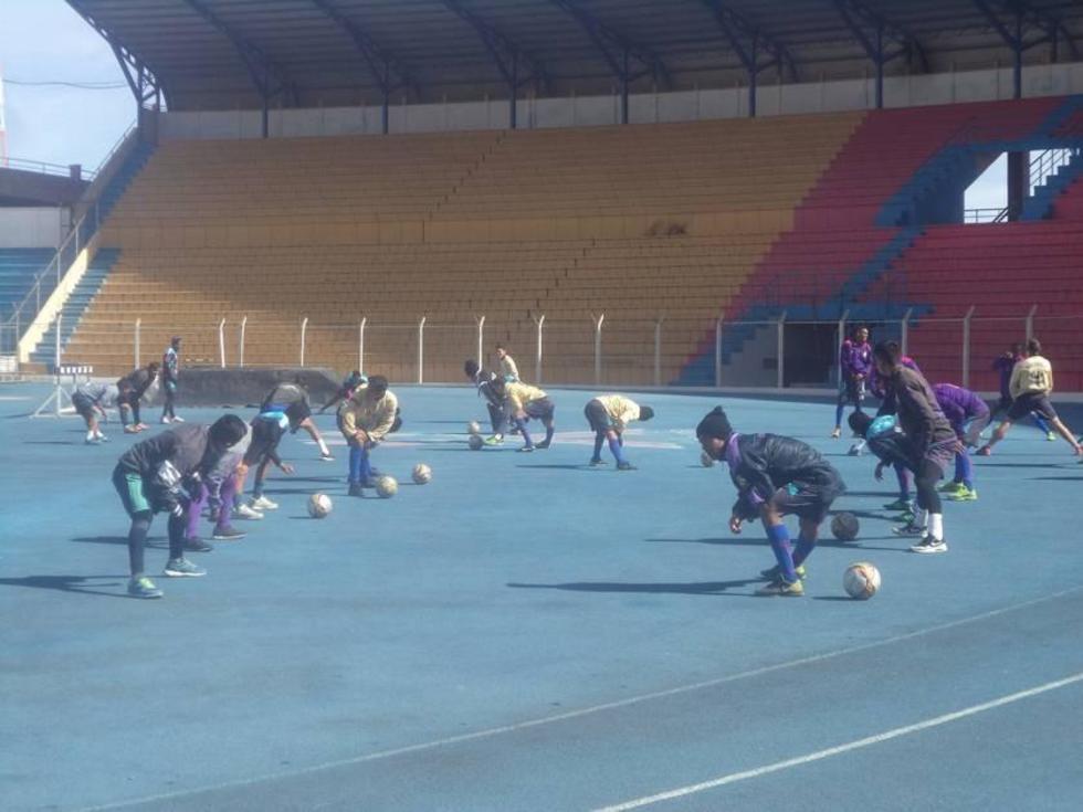 Los jugadores lilas se preparan para cumplir con su trabajo.