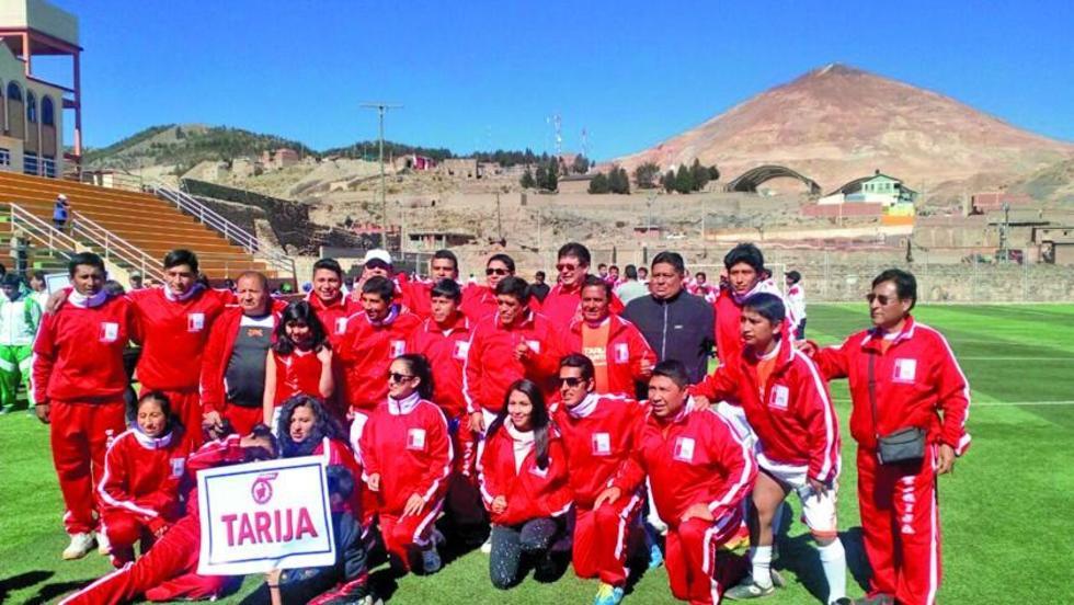 La comisión de Tarija posa para la foto del recuerdo.