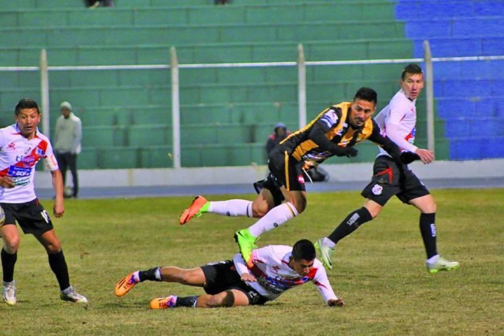 Jorge Flores derriba el delantero atigrado Rodrigo Ramallo.