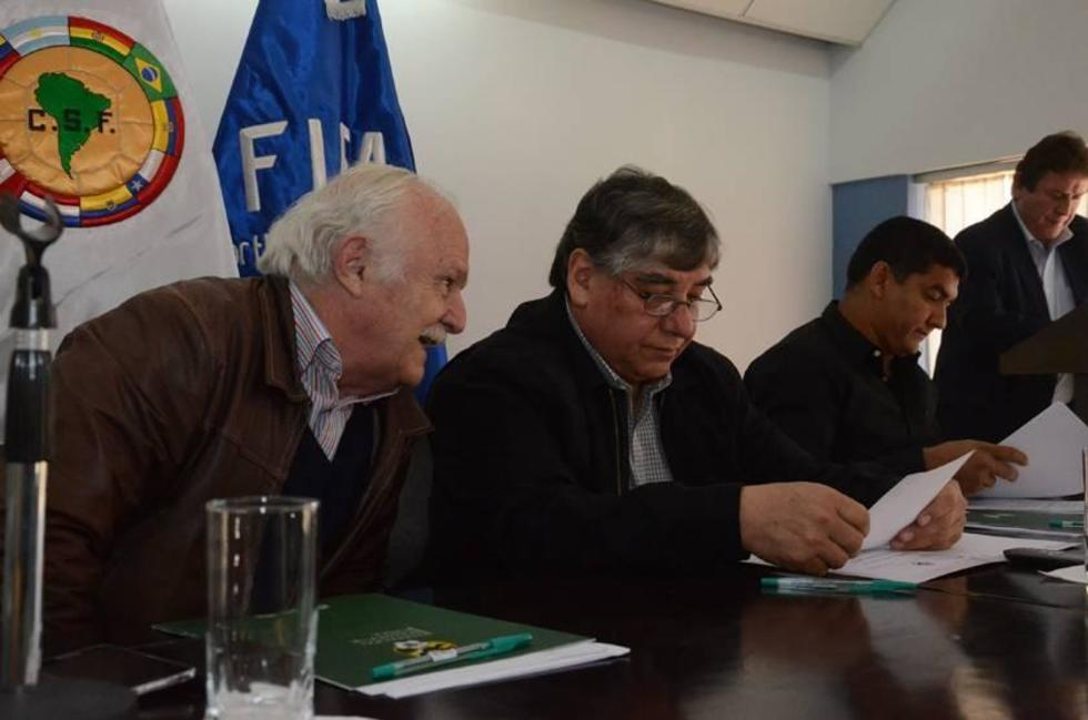 El presidente de la FBF durante la conferencia de prensa.