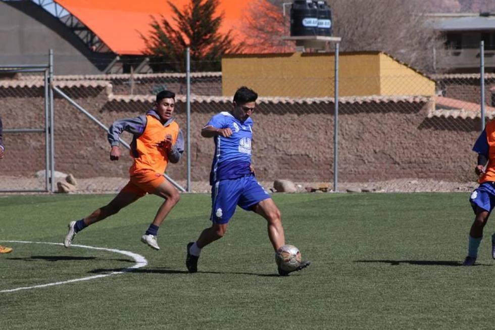 El jugador Vladimir Castellón controla el balón.