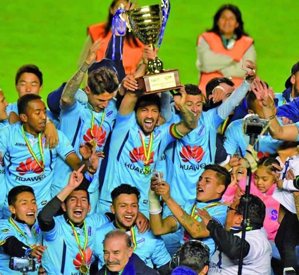 Los jugadores celestes celebran el título.
