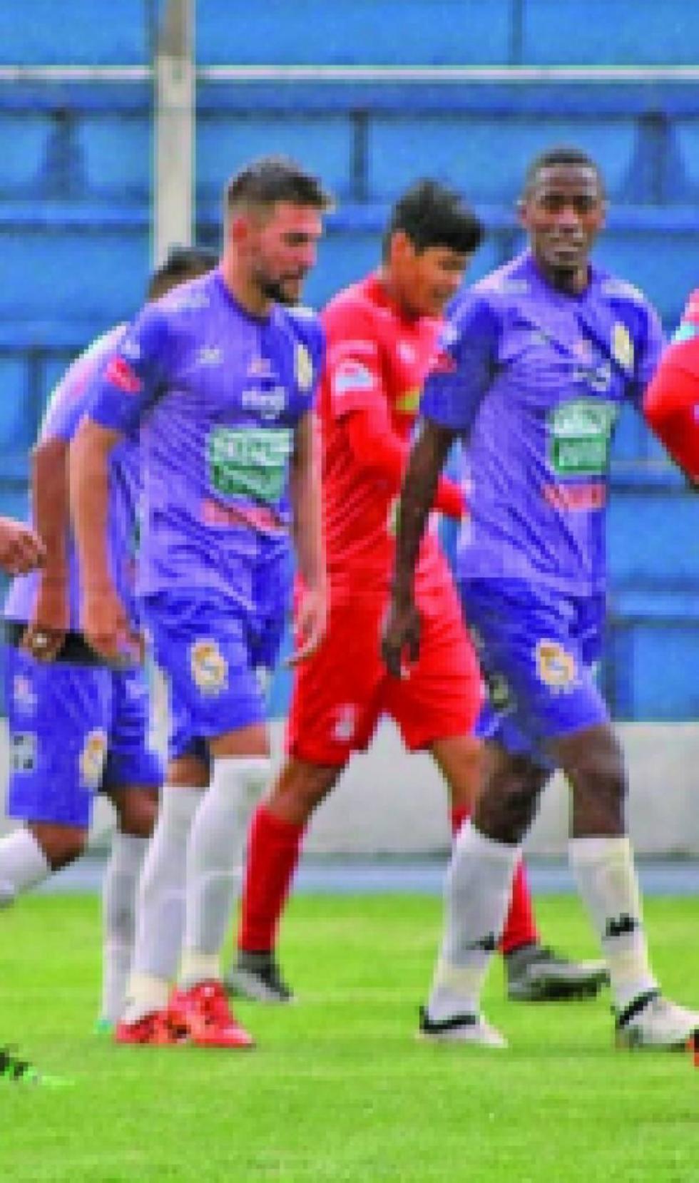 El portero Eder Jordán, de Real, ataja la pelota a su rival.