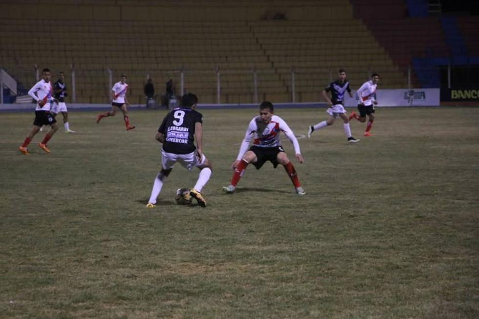 Lisandro Alzugaray, de San José, controla el balón ante la marca del defensa Walter Rioja, de Nacional.