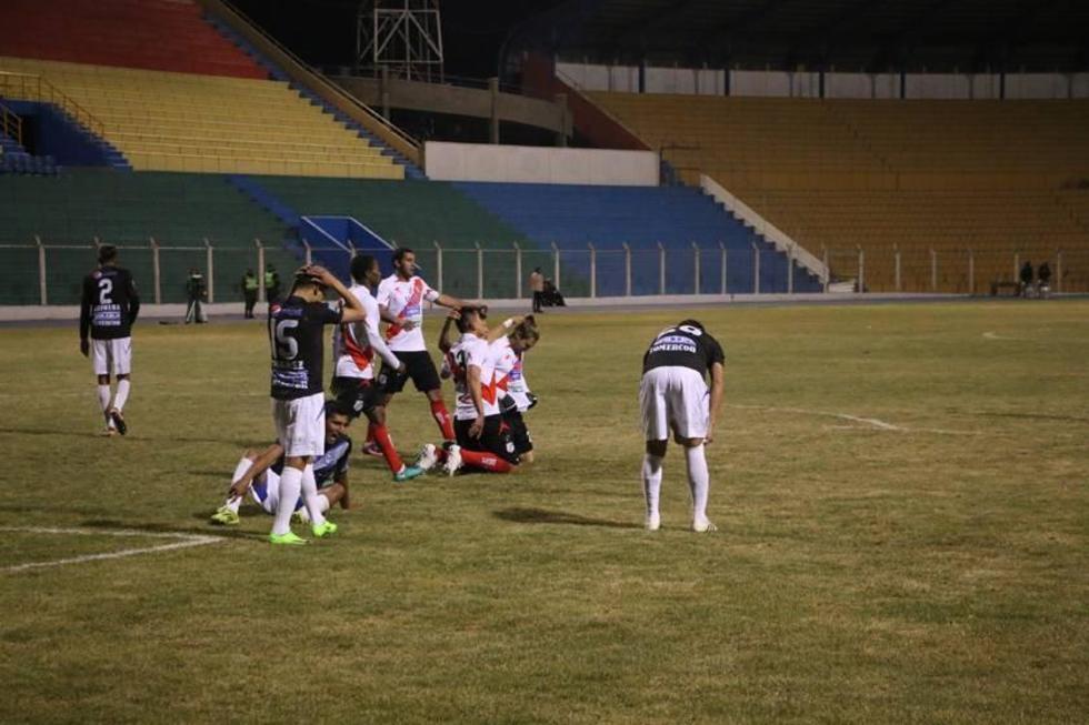 El delantero Cristian Alessandrini celebra su gol con sus compañeros.