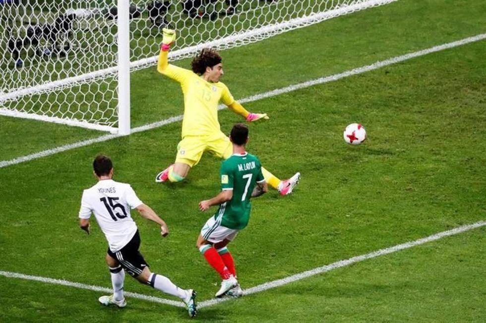 Amin Younes (i) de Alemania anota el 4-1 contra México.