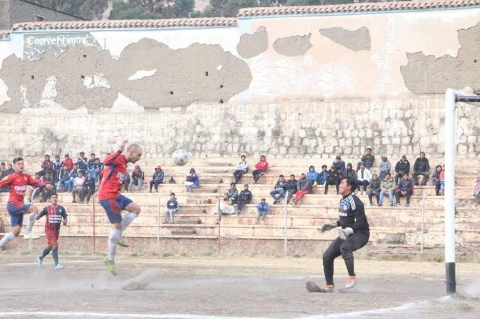 Cesar Gaitán, de Wilster Cooperativas, anota su gol ante el portero Rubén Ibarra, de San Lorenzo.