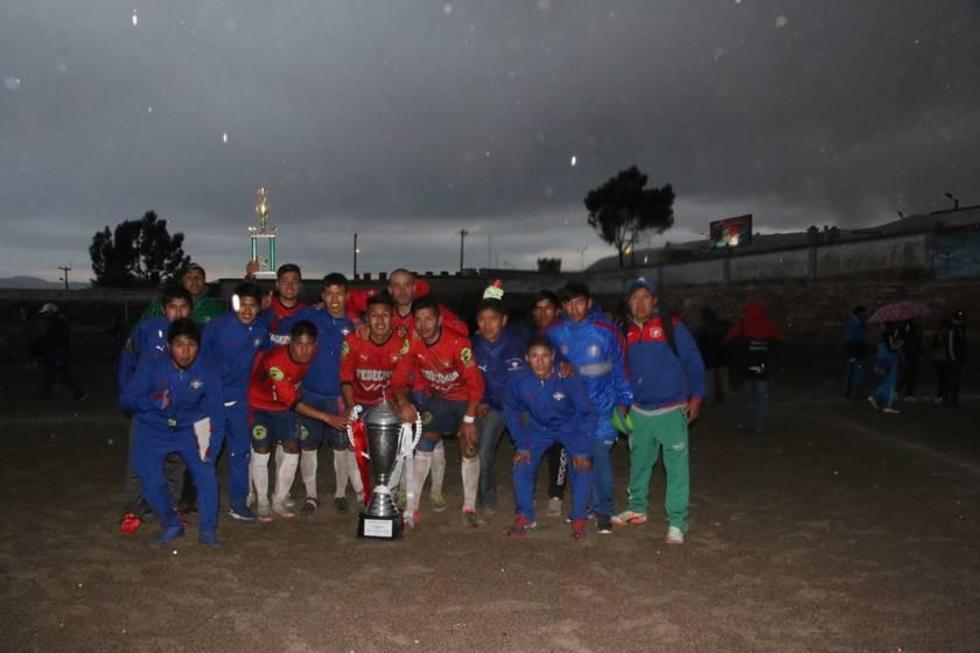 Los jugadores cooperativistas posan con el trofeo de campeón.