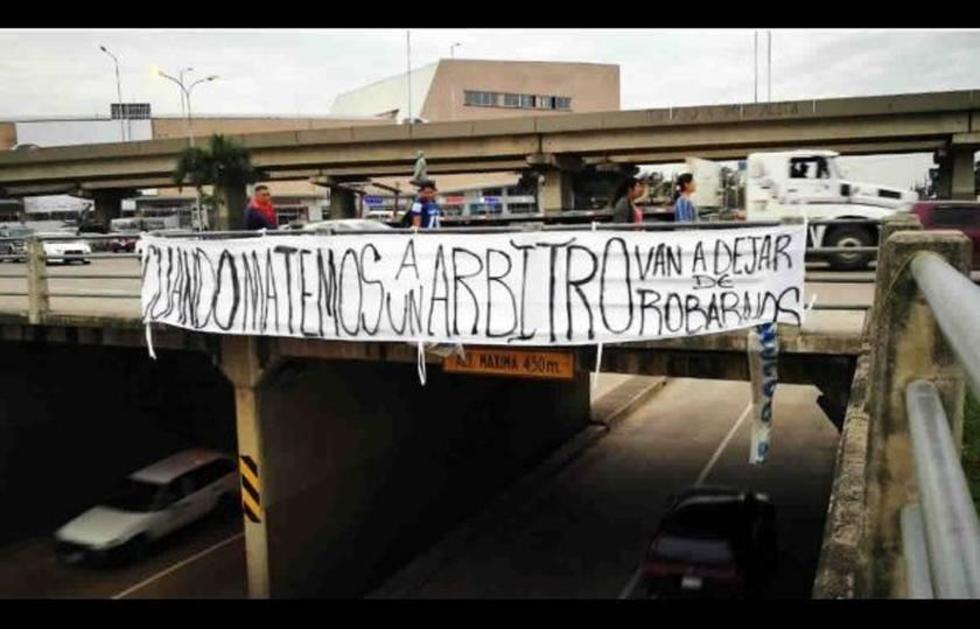 Amenazan a réferis mediante cartel