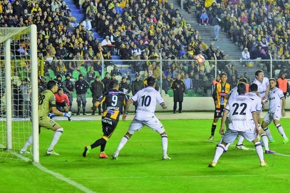 El equipo argentino despeja uno de los ataques de los atigrados.