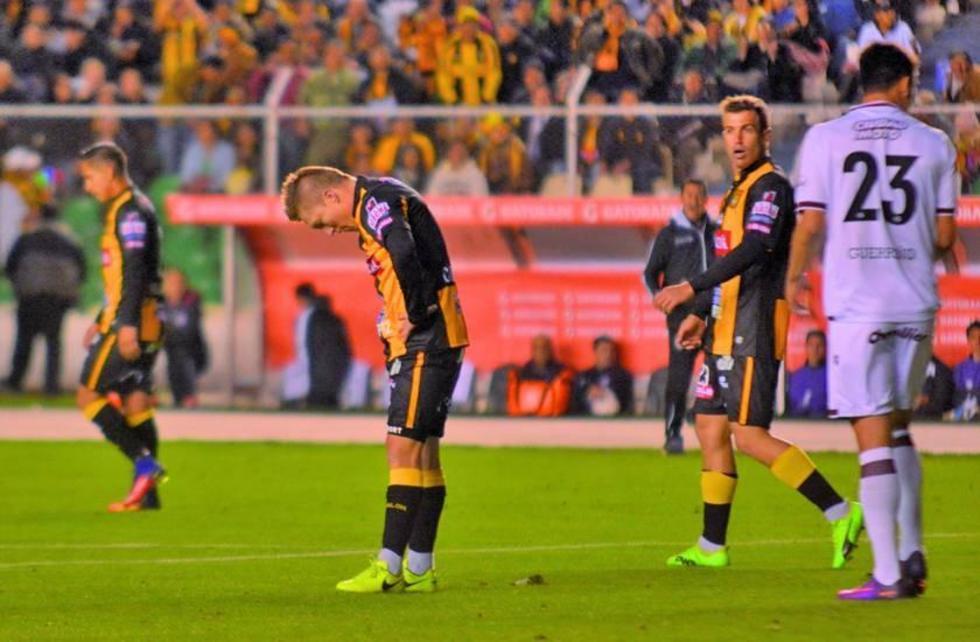 Alejandro Chumacero se lamenta tras el tanto del rival.