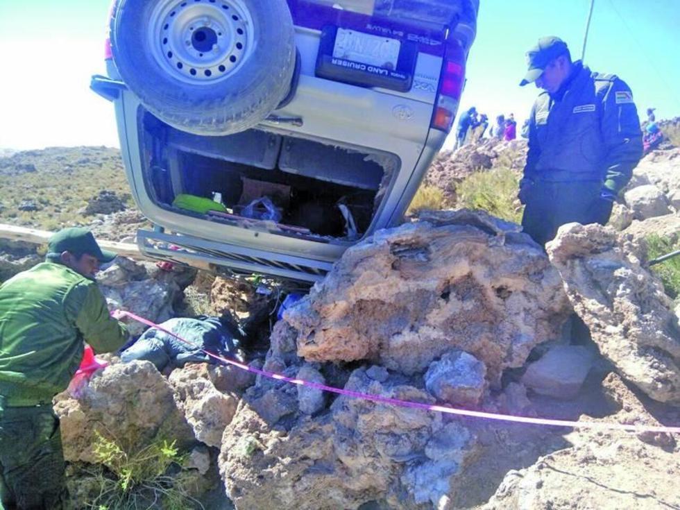 Los policías rescataron los cadáveres y a los heridos.