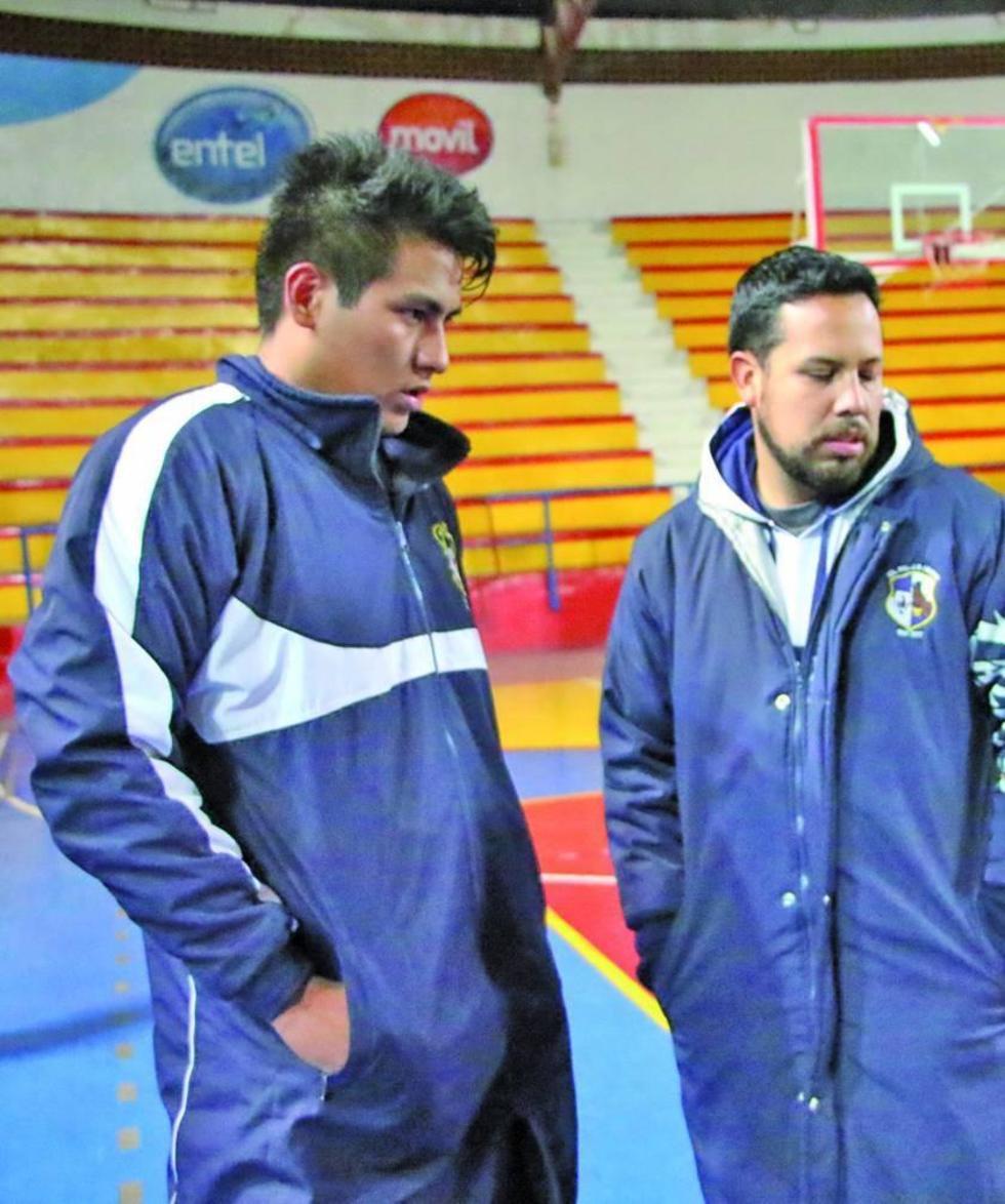Axel Veizaga junto al DT Giovanny Vargas.