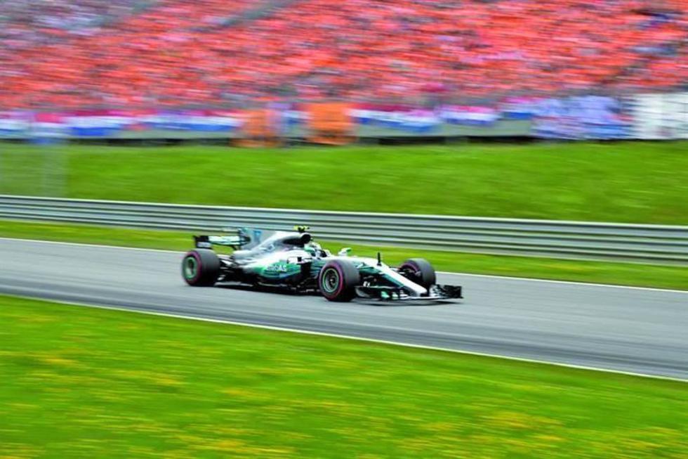 El corredor Valtteri Bottas en plena competencia en su monoplaza de la escudería Mercedes.