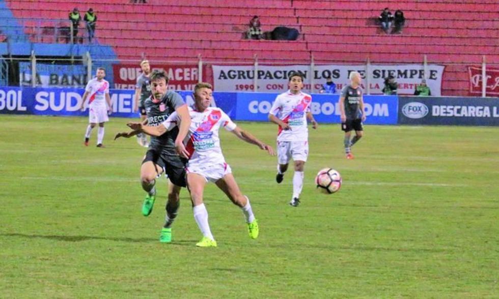 Mariano Pavone y Miguel Hoyos pugnan por el balón