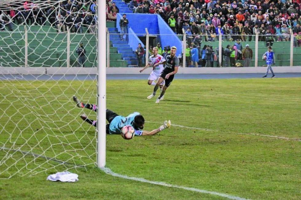 El remate de Cristian Alessandrini se estrella en el poste del meta Andújar.