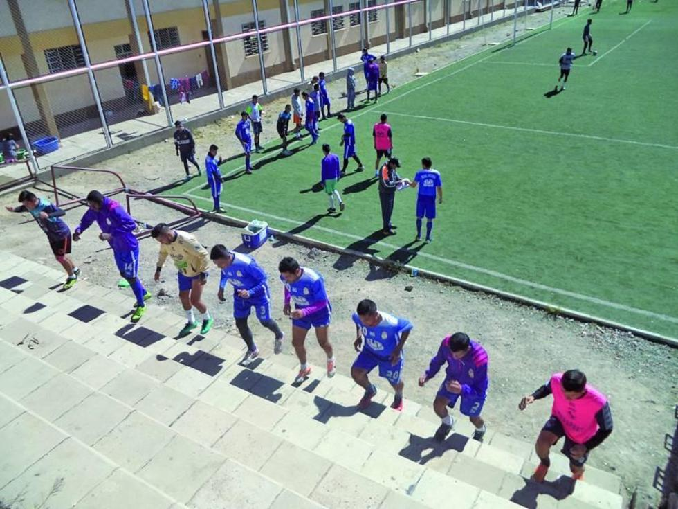 Los jugadores lilas trabajan en las gradas.