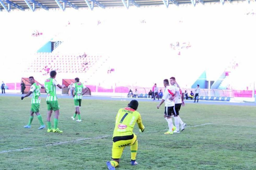 Thiago Dos Santos festeja su gol con su compañero.